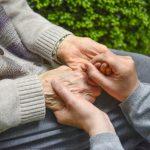 家族の介護者による認知症高齢者への声かけの方法と注意点
